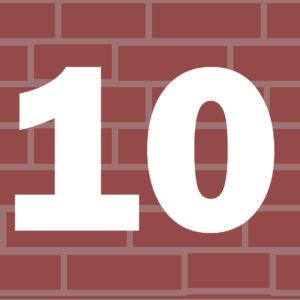 Liczba 10 na tle murku