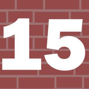 Liczba 15 na tle murku