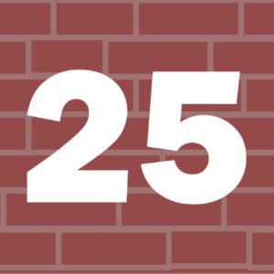 Liczba 25 na tle murku