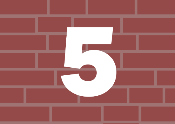 Liczba 5 na tle murku