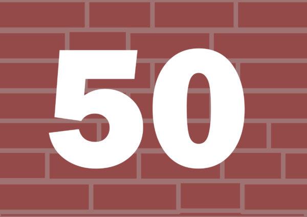 Liczba 50 na tle murku